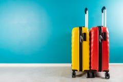 Φωτεινές βαλίτσες μεγέθους καμπινών ως έννοια διακοπών στοκ φωτογραφίες