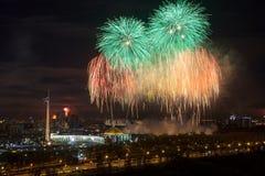 Φωτεινές εκρήξεις πυροτεχνημάτων στο νυχτερινό ουρανό στη Μόσχα, Ρωσία Στοκ Φωτογραφία