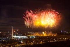 Φωτεινές εκρήξεις πυροτεχνημάτων στο νυχτερινό ουρανό στη Μόσχα, Ρωσία Στοκ Φωτογραφίες
