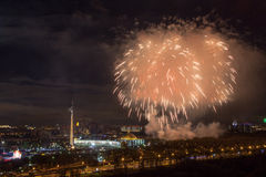 Φωτεινές εκρήξεις πυροτεχνημάτων στο νυχτερινό ουρανό στη Μόσχα, Ρωσία Στοκ φωτογραφία με δικαίωμα ελεύθερης χρήσης