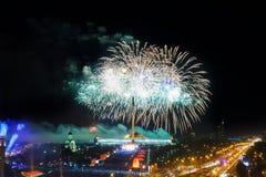 Φωτεινές εκρήξεις πυροτεχνημάτων στο νυχτερινό ουρανό Στοκ Εικόνα