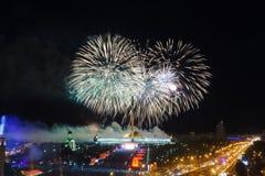 Φωτεινές εκρήξεις πυροτεχνημάτων στο νυχτερινό ουρανό Στοκ φωτογραφία με δικαίωμα ελεύθερης χρήσης