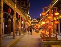 Φωτεινές και κομψές οδοί νύχτας της Κίνας Στοκ Εικόνες