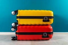 Φωτεινές και μοντέρνες βαλίτσες μεγέθους καμπινών ως έννοια διακοπών στοκ φωτογραφίες με δικαίωμα ελεύθερης χρήσης