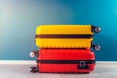Φωτεινές και μοντέρνες βαλίτσες μεγέθους καμπινών ως έννοια διακοπών στοκ εικόνα