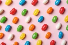 Φωτεινές καραμέλες ζελατίνας στο υπόβαθρο χρώματος στοκ εικόνες