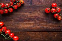 Φωτεινές κόκκινες juicy ντομάτες στο ξύλινο υπόβαθρο Στοκ Φωτογραφίες