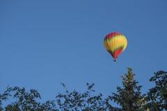 Φωτεινές μύγες μπαλονιών ζεστού αέρα σε έναν σαφή μπλε ουρανό στοκ εικόνες με δικαίωμα ελεύθερης χρήσης