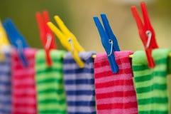 Φωτεινές ριγωτές κάλτσες στη σκοινί για άπλωμα στοκ φωτογραφίες
