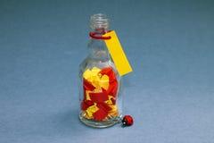 Φωτεινές σημειώσεις στο μικρό μπουκάλι έννοια μνημών Στοκ εικόνα με δικαίωμα ελεύθερης χρήσης