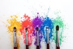 Φωτεινές σκιές ματιών στα διαφορετικά χρώματα του ουράνιου τόξου και των βουρτσών για τα καλλυντικά σε ένα άσπρο υπόβαθρο στοκ εικόνες με δικαίωμα ελεύθερης χρήσης