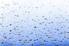 Φωτεινές σταγόνες βροχής χρώματος στο γυαλί, καιρικό υπόβαθρο βροχής Στοκ Εικόνες