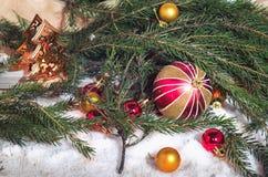 Φωτεινές σφαίρες Χριστουγέννων, κλάδοι έλατου Στοκ Εικόνα