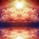 Φωτεινή λάμψη του κόκκινου αστεριού πέρα από τη θάλασσα στοκ εικόνες