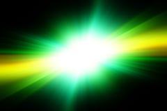 Φωτεινή άσπρη λάμψη σε ένα πράσινο και μαύρο υπόβαθρο στοκ φωτογραφία με δικαίωμα ελεύθερης χρήσης