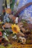 Φωτεινή ανθοδέσμη από ποικίλα ξηρά λουλούδια chamomile, spikelet, ηλίανθος, ακακία, κάλαμοι και άλλα wildflowers μέσα Στοκ Εικόνες