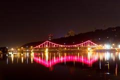 Φωτεινή γέφυρα πέρα από τον ποταμό Ο πιό κόκκινος Στοκ Φωτογραφία