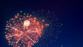 Φωτεινή επίδειξη πυροτεχνημάτων στον ουρανό απόθεμα βίντεο