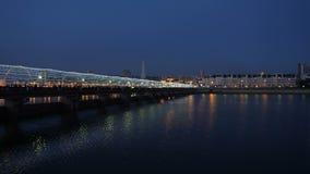 Φωτεινή ζωηρόχρωμη γέφυρα με τους ανθρώπους τη νύχτα απόθεμα βίντεο
