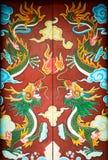 Ζωηρόχρωμη πόρτα με τη συμμετρική ζωγραφική δράκων. Στοκ Εικόνες
