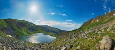 Φωτεινή ηλιόλουστη ημέρα σε μια λίμνη βουνών Στοκ φωτογραφίες με δικαίωμα ελεύθερης χρήσης