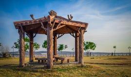 Φωτεινή ηλιόλουστη ημέρα στο πάρκο άποψης λιμνών Στοκ φωτογραφίες με δικαίωμα ελεύθερης χρήσης