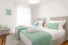 Φωτεινή διπλή κρεβατοκάμαρα στοκ εικόνα με δικαίωμα ελεύθερης χρήσης