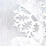 Φωτεινή κάρτα Χριστουγέννων με τις ασημένιες διακοσμήσεις Χριστουγέννων με το αντίγραφο Στοκ Φωτογραφίες