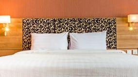 Φωτεινή και άνετη σύγχρονη κρεβατοκάμαρα Στοκ Φωτογραφία