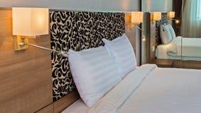 Φωτεινή και άνετη σύγχρονη κρεβατοκάμαρα Στοκ φωτογραφία με δικαίωμα ελεύθερης χρήσης