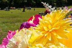 Φωτεινή και δονούμενη ανθοδέσμη λουλουδιών στο νεκροταφείο Στοκ φωτογραφία με δικαίωμα ελεύθερης χρήσης