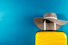 Φωτεινή και μοντέρνη βαλίτσα μεγέθους καμπινών με το καπέλο αχύρου στοκ εικόνες με δικαίωμα ελεύθερης χρήσης