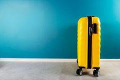 Φωτεινή και μοντέρνη βαλίτσα μεγέθους καμπινών ως έννοια διακοπών στοκ φωτογραφίες με δικαίωμα ελεύθερης χρήσης