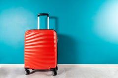 Φωτεινή και μοντέρνη βαλίτσα μεγέθους καμπινών ως έννοια διακοπών στοκ εικόνες με δικαίωμα ελεύθερης χρήσης