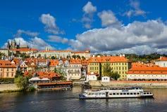 Φωτεινή και όμορφη άποψη φθινοπώρου σχετικά με τον ποταμό Vltava και τα σκάφη τουριστών, καθεδρικός ναός Αγίου Vitus Στοκ Εικόνα