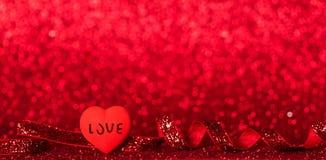 Φωτεινή καρδιά, λάμποντας κόκκινη κορδέλλα στο φωτεινό κόκκινο υπόβαθρο στοκ εικόνες με δικαίωμα ελεύθερης χρήσης