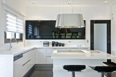 φωτεινή κουζίνα σύγχρονη Στοκ εικόνα με δικαίωμα ελεύθερης χρήσης