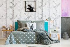 Φωτεινή κρεβατοκάμαρα με το δασικό μοτίβο Στοκ φωτογραφίες με δικαίωμα ελεύθερης χρήσης