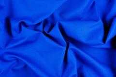 Φωτεινή μπλε σύσταση υφάσματος με τις πτυχές στοκ εικόνα με δικαίωμα ελεύθερης χρήσης