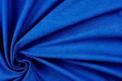 Φωτεινή μπλε σύσταση υφάσματος με τις πτυχές στοκ φωτογραφία με δικαίωμα ελεύθερης χρήσης