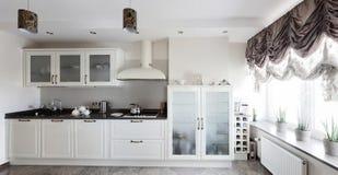 Φωτεινή ολοκαίνουργια ευρωπαϊκή κουζίνα Στοκ Εικόνες
