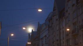 Φωτεινή πανσέληνος ορατή στις οδούς πόλεων που χρησιμοποιούν τον τηλε φακό φωτογραφιών με τα φω'τα πόλεων στο πρώτο πλάνο και τη  απόθεμα βίντεο