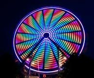 Φωτεινή πολύχρωμη περιστρεφόμενη ρόδα Ferris στοκ φωτογραφίες