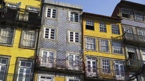 Φωτεινή πρόσοψη του παλαιού κτηρίου απόθεμα βίντεο