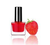 Φωτεινή στιλβωτική ουσία καρφιών με τη φράουλα μούρων που απομονώνεται στο λευκό Στοκ Εικόνα