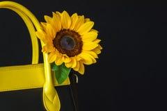 Φωτεινή τσάντα κινηματογραφήσεων σε πρώτο πλάνο από το γνήσιο δέρμα, διακοσμημένο λουλούδι, ηλίανθος Έννοια των αγορών, κατασκευή Στοκ Εικόνες