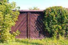 Φωτεινή φωτογραφία ξύλινες πύλες στην επαρχία στοκ φωτογραφία
