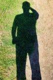 Φωτεινή χλόη σκιών ενός ατόμου στην άμμο στοκ φωτογραφία με δικαίωμα ελεύθερης χρήσης