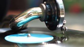Φωτεινή χρωματισμένη εκλεκτής ποιότητας περιστροφική πλάκα, gramophone στην πόλη, πρωινή αναδρομικό ύφος απόθεμα βίντεο