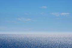 Φωτεινοί θάλασσα και μπλε ουρανός στη Σαρδηνία Στοκ Εικόνες
